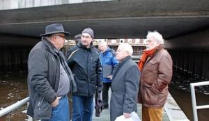 Ortsbesichtigung : Horst Subei, Dr. Gernot Paul, Robert Kamprad und Dieter Klar (vorne von links) im Gespräch über die Zukunft des Steges unter der Hansebrücke. Schwartau